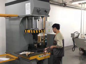 Japan kliënt toets Hydraulic Press Machine in ons fabriek